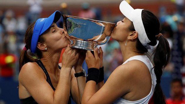 Švýcarka Martina Hingisová se svojí parťačkou Chan Yung-jan z Tchaj-wanu líbají trofej určenou pro vítězky ženské čtyřhry na US Open.