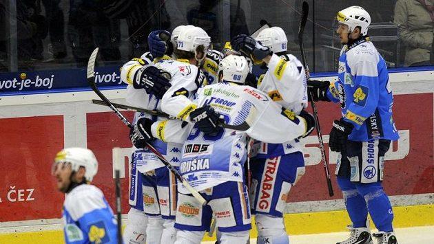 Hokejisté Brna se radují z gólu do sítě Plzně.
