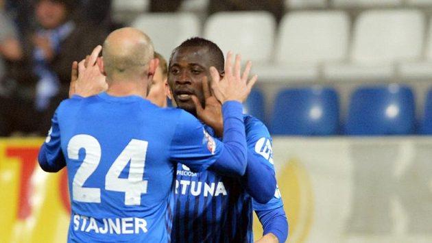 Liberecký Dzon Delarge (vpravo) přijímá gratulaci ke gólu od Jiřího Štajnera.