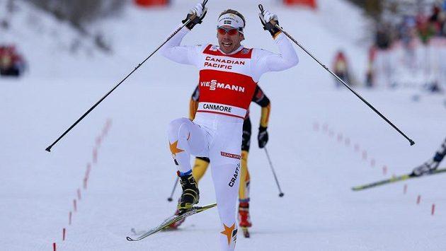 Švéd Emil Jönsson se raduje z vítězství ve sprint běžců na lyžích v kanadském Canmore.