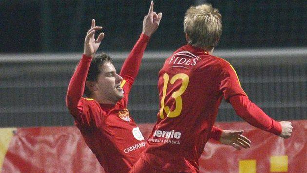Útočník Dukly Jan Svatonský (vlevo) a Tomáš Berger se radují z gólu do sítě Ostravy.