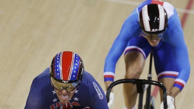 Dráhový cyklista Pavel Kelemen (vpravo) finišuje v osmifinále olympijského sprintu za Američanem Jimmym Watkinsem.