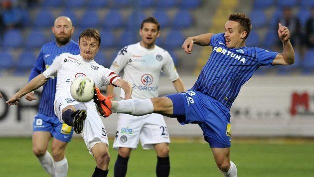 Michal Kordula ze Slovácka (vlevo) bojuje o míč s Josefem Šuralem z Liberce.