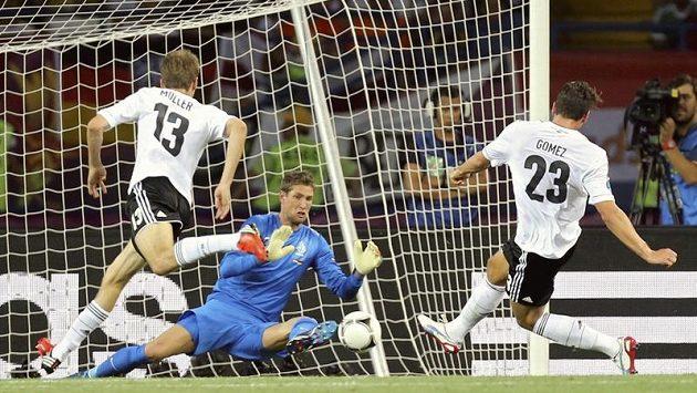 Německý kanonýr Mario Gomez střílí úvodní gól zápasu s Nizozemskem