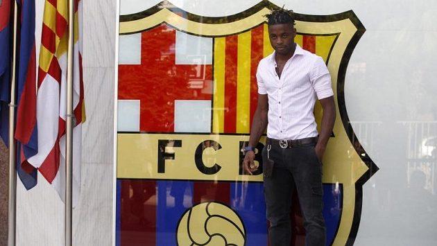 Kamerunský záložník Alex Song pózuje před logem katalánského klubu.