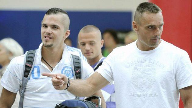 Desetibojař Roman Šebrle (vpravo) při pondělním odletu atletické výpravy do Helsinek
