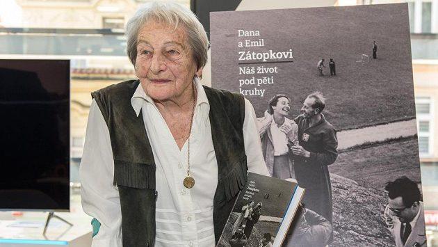 "Dana Zátopková na křtu knihy ""Náš život pod pěti kruhy""."