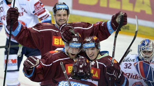 Hráči Sparty se radují z druhého gólu proti Vítkovicím, který dal Lukáš Klimek (vpravo). Vlevo je Lukáš Rousek.