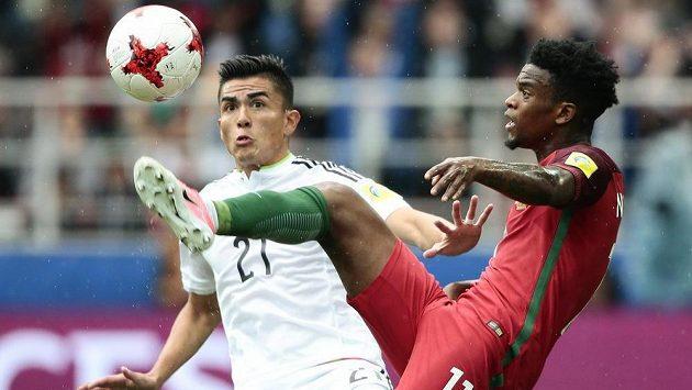 Portugalec Nelson Semedo (vpravo) zpracovává míč před Mexičanem Luisem Reyesem na konfederačním poháru FIFA.
