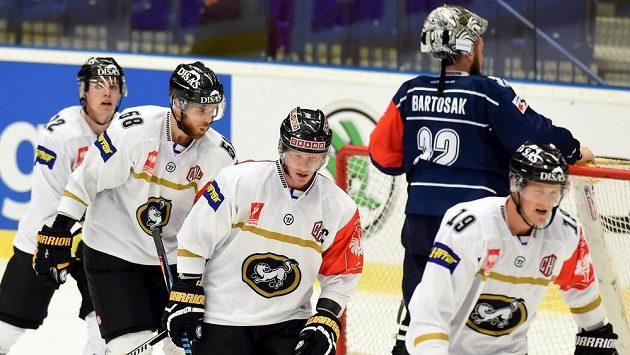 Hokejisté Oulu se radují z gólu do sítě Vítkovic. Zleva Taneli Ronkainen, Jani Hakanpaa a Mika Pyörälä z Kärpät Oulu, Patrik Bartošák z Vítkovic a Mikko Lehtonen z Kärpät Oulu.
