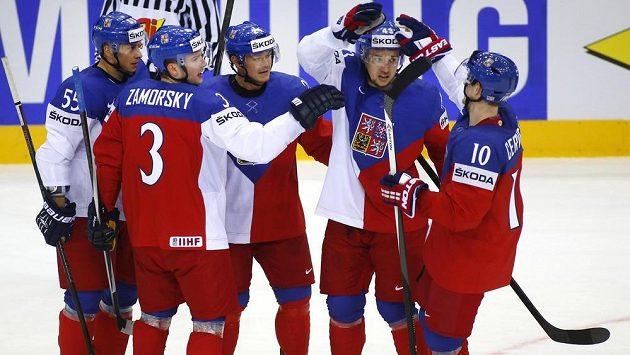 Útočník Jiří Hudler (třetí zleva) slaví se spoluhráči Martinem Ševcem, Petrem Zámorským, Janem Kovářem a Romanem Červenkou gól proti Švédsku na mistrovství světa v Minsku.