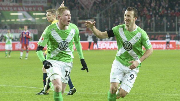 Záložník Wolfsburgu Kevin De Bruyne (vlevo) slaví se spoluhráčem Ivanem Perišičem gól proti Bayernu v utkání 18. kola bundesligy.