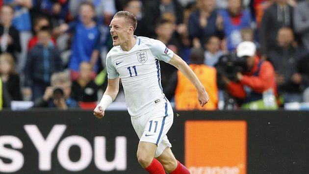 Angličan Jamie Vardy se raduje z vyrovnávacího gólu proti Walesu.