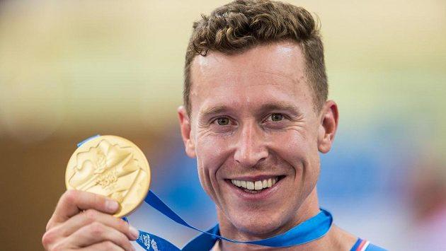 Tomáš Bábek ukazuje svou zlatou medaili.