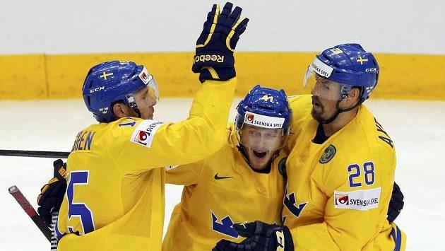 Švédský útočník Gustav Nyquist (uprostřed) slaví se spoluhráči gól proti Slovensku.