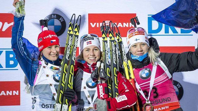 Biatlonistky zleva Veronika Vítková, vítězka Tiril Eckhoffová z Norska a Finka Kaisa Mäkäräinenová po sobotním sprintu ve švédském Östersundu.