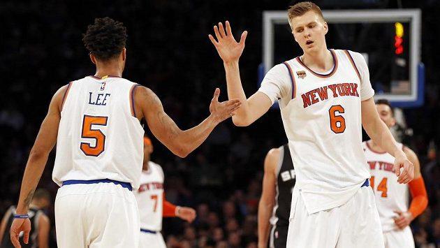 Baksetbalisté New Yorku Knicks Kristaps Porzingis (6) a Courtney Lee (5) si plácají po úspěšné akci v zápase proti San Antoniu.