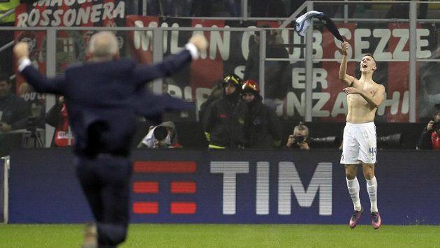 K radujícímu se střelci Ivanovi Perišičovi (vpravo) běží trenér Interu Stefano Pioli.