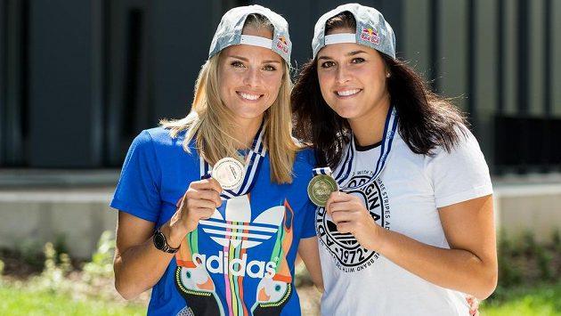 Markéta Sluková a Barbora Hermannová (vpravo) se stříbrnými medailemi z ME.