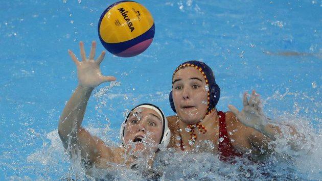 Američanka Aria Fischerová (vlevo) v souboji o míč se Španělkou Paulou Leitonovou Arroněsovou ve finálovém duelu vodních pólistek na MS v Kwangdžu.