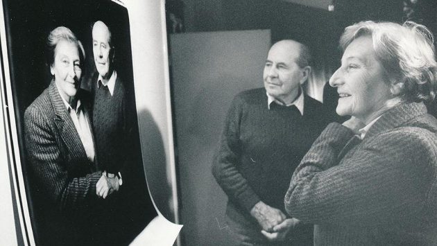 Dana a Emil Zátopkovi před svojí fotografií