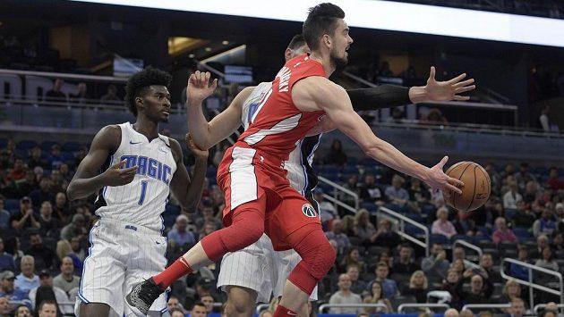 Basketbalista Tomáš Satoranský z Washingtonu přihrává v utkání s Orlandem.