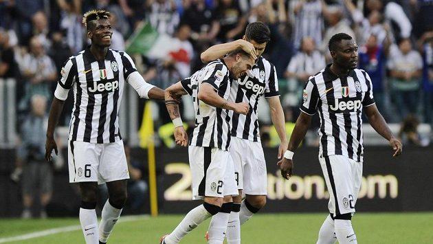 Fotbalisté Juventusu se radují z branky proti Neapoli.