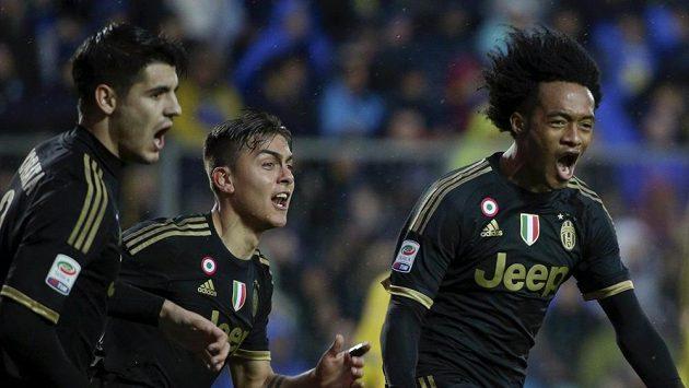 Juan Cuadrado (vpravo) se raduje se spoluhráči z Juventusu z gólu.
