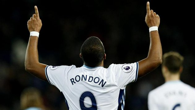 Salomon Rondon z týmu West Bromwich Albion slaví gól proti Burnley.
