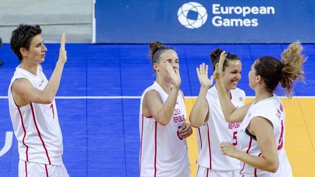 České basketbalistky (zleva) Romana Stehlíková, Kateřina Zavázalová, Veronika Vlková a Tereza Vorlová v zápase proti Turecku.