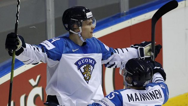 Fin Kaapo Kakko a Sakari Manninen se radují po jednom z gólů proti Slovákům.