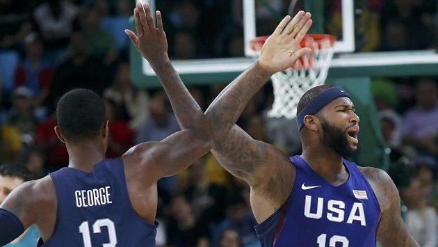 Američtí basketbalisté Demarcus Cousins a Paul George.