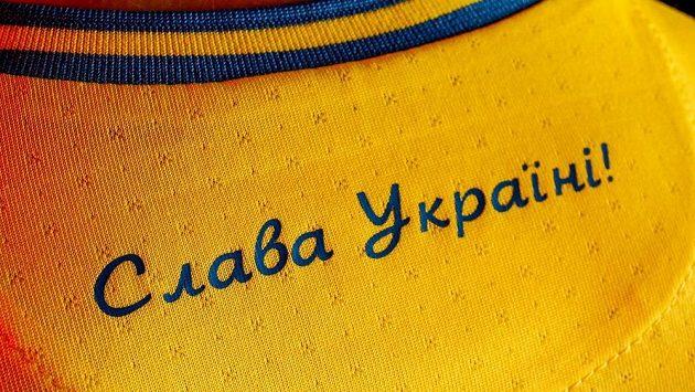"""Ukrajinské dresy pro nadcházející fotbalové EURO obsahují heslo """"Sláva Ukrajině"""". To nakonec UEFA povolila, druhou část nikoli."""