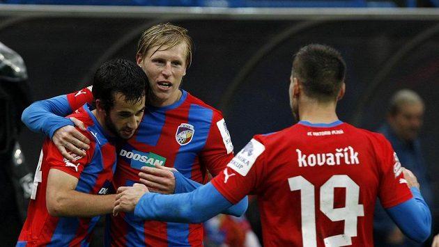 Zleva David Štípek, František Rajtoral a Jan Kovařík z Plzně se radují z gólu.