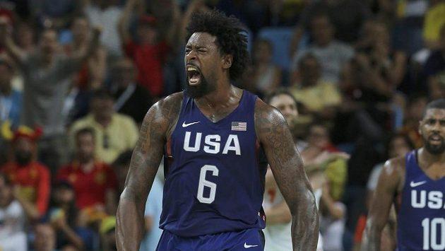 Americký basketbalista Deandre Jordan v semifinále olympijského turnaje proti Španělsku.