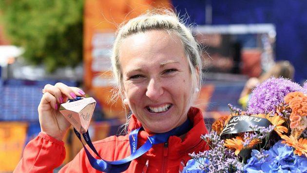 Eva Vrabcová Nyvltová si hýčká svoji první velkou atletickou medaili.