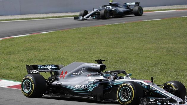 Lewis Hamilton a Valtteri Bottas na okruhu ve Španělsku.
