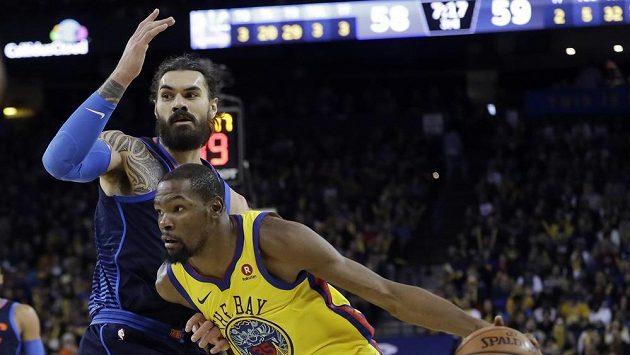 Kevin Durant (vpravo) obchází Stevena Adamse během zápasu NBA mezi Golden State a Oklahomou.