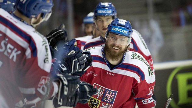 ČEský hokejista Lukáš Kašpar se raduje se svými spoluhráči z gólu proti Finům.