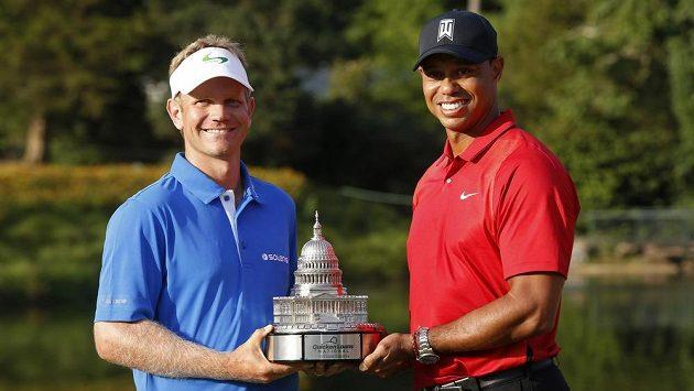 Američan Billy Hurley (vlevo) se slavným krajanem Tigerem Woodsem po triumfu na turnaji Quicken Loans National.
