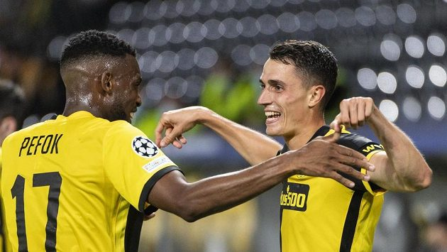Vincent Sierro (vpravo) a Jordan Siebatcheu z YB Bern se radují z gólu proti Ferencvarosi.