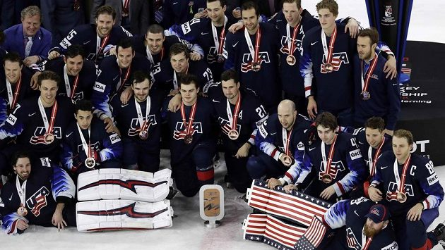Takto se slaví bronz na MS. Získali ho Američané, kteří porazili Kanadu 4:1.