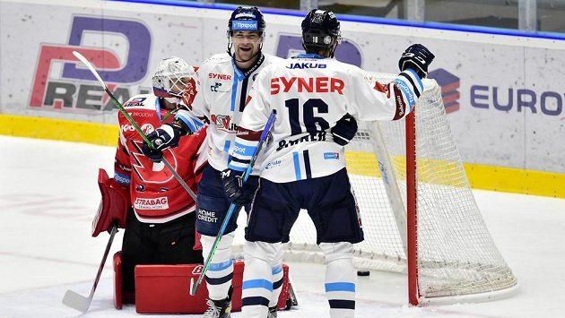 Hokejisté Liberce Radan Lenc (uprostřed) a střelec branky Michal Birner se radují z gólu. Vlevo brankář Pardubic Pavel Kantor.