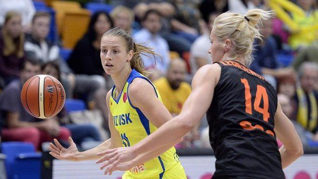 Zleva Kateřina Elhotová z USK Praha a Magdalena Leciejewska z Polkowic.