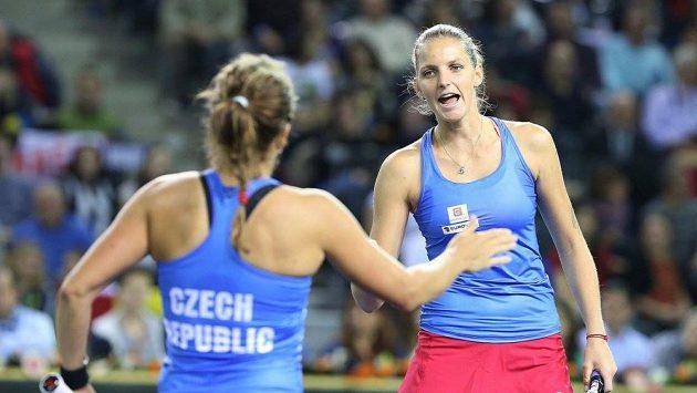 Karolína Plíšková (vpravo) s Barborou Strýcovou pečetily postup do semifinále Fed Cupu.