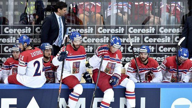 Smutek českých hokejistů (zleva): Martin Zaťovič, Michal Vondrka, Jaromír Jágr, Petr Čáslava a Jakub Klepiš.