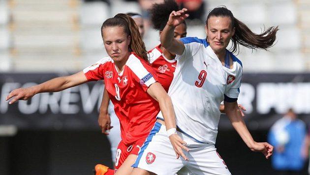 Lucie Voňková (vpravo) v dresu národního týmu v souboji s Liou Waltiovovu ze Švýcarska.