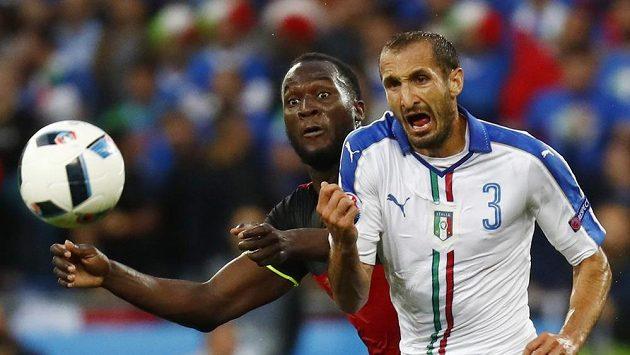Belgičan Romelu Lukaku (vlevo) a Ital Giorgio Chiellini bojují o balón.