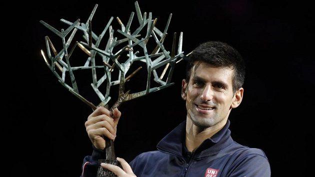 Srbský tenista Novak Djokovič s trofejí pro vítěze turnaje v Paříži.