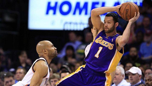 Baketbalista Los Angeles Lakers Jordan Farmar přihrává přes hráče Oklahoma City Thunder Dereka Fishera.
